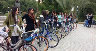 بالصور نساء عراقيات يتجولن بالدرجات الهوائية في شوارع بغداد