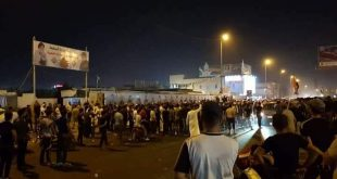 حاجز بشري يمنع المتظاهرين من حرق مقر سرايا السلام في البصرة