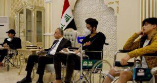 الكاظمي يستقبل الجرحى من محتجي تشرين والقوات الأمنية في مطار بغداد